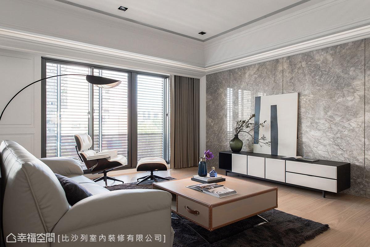 在整體的白色基調中,電視牆採用灰色系石材打底,並以垂直溝縫增添面材的紋理層次,形塑簡約不單調的主牆視覺。