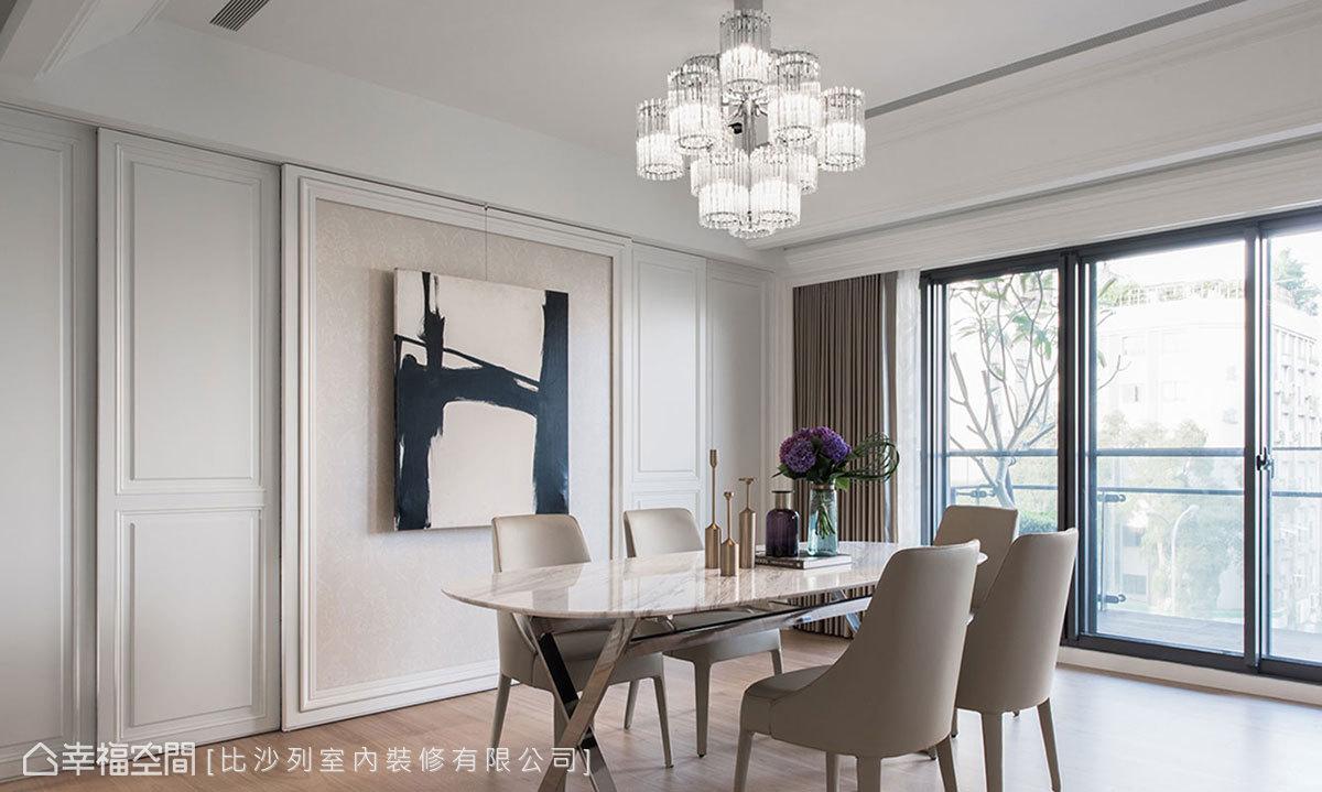 利用拉門設計巧妙藏入收納櫃與鋼琴,也讓餐廳主牆成為空間的視覺端景。