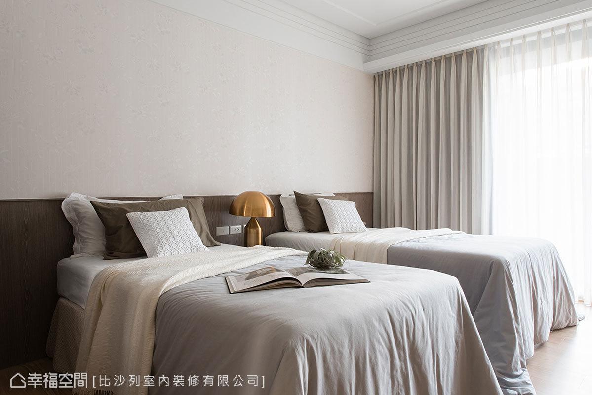 考量長輩居住所需,將機能沿牆線收整,以簡約的調性容納雙床規劃。