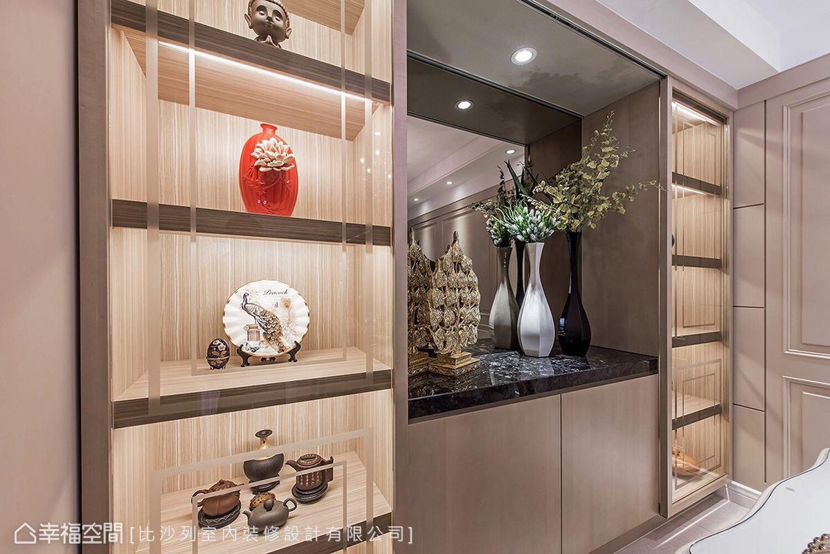 餐廳旁亦規劃充足的展示空間,讓屋主的茶壺、瓷器等珍貴收藏,有如藝術品般妝點家中獨有風采。