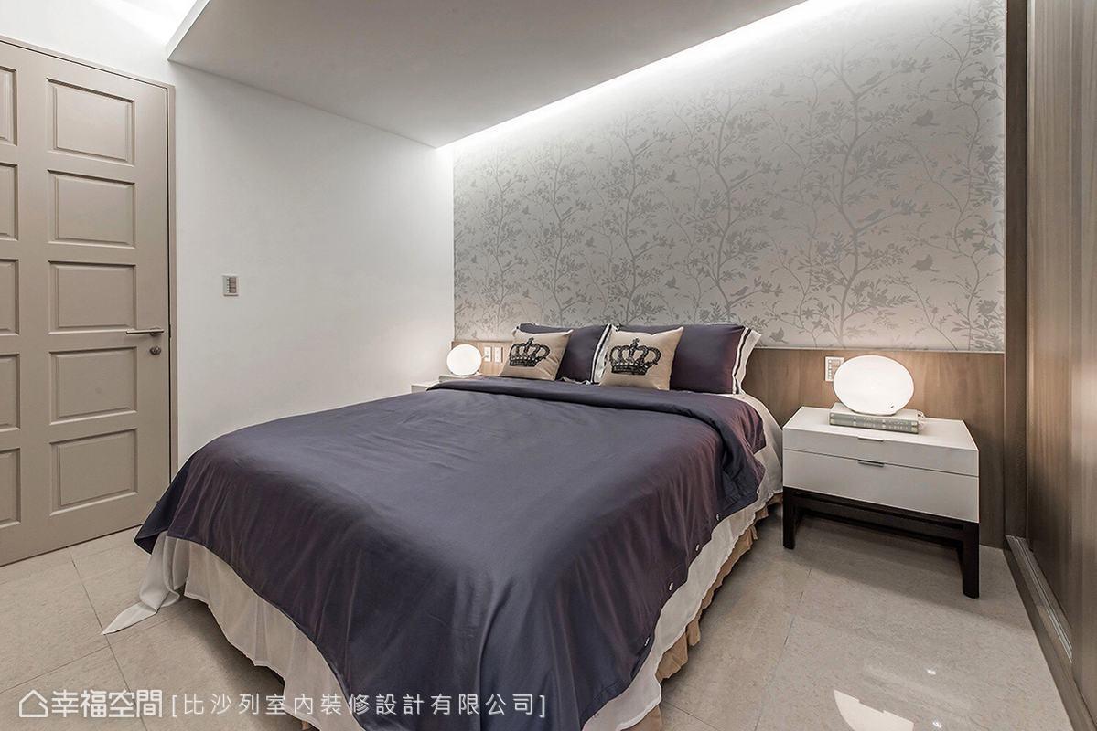 維持簡約俐落的空間主題,僅利用精美的花紋壁紙鋪陳床頭牆面,增添場域的視覺豐富度。