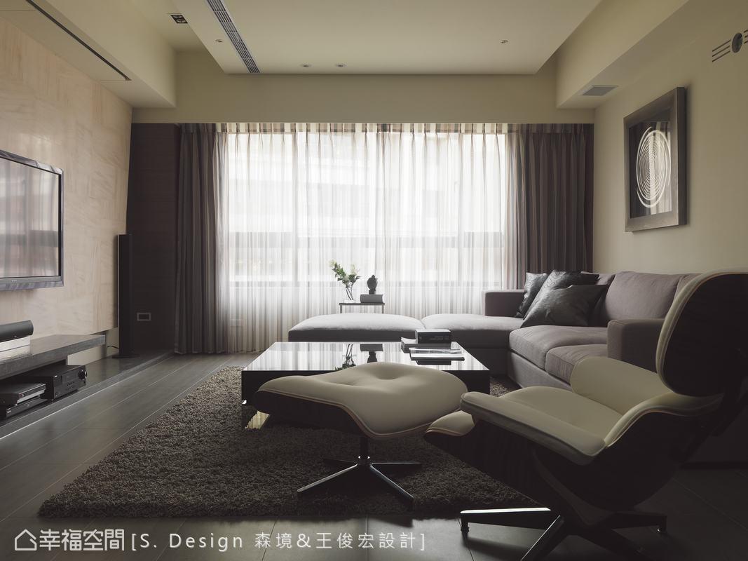 藉由大理石電視牆上自然遊走的紋路,讓客廳不再規矩不阿,營造低調簡約的自由不羈。