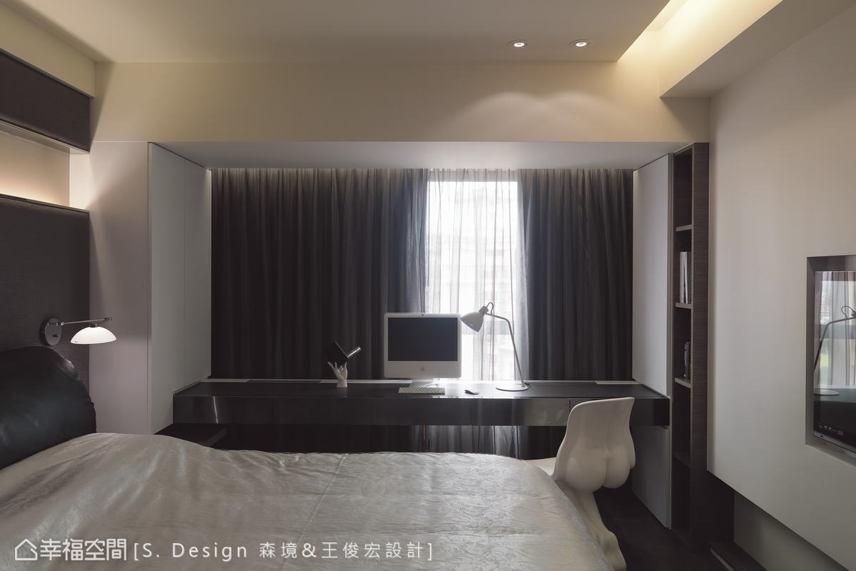 設計師運用窗檯前的樑下空間設置長形書桌,滿足屋主在房內上網、閱讀的需求。