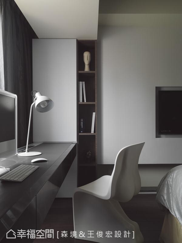 設計師將樑下兩旁牆面的畸零區塊設計展示收藏空間,機能齊備卻不見凌雜繁瑣的空間線條。