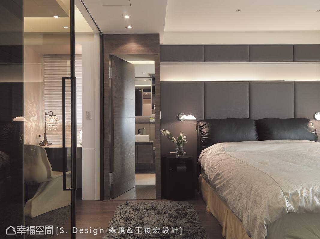 與牆面相同材質且無把手的設計,巧妙將衛浴空間線條化為無形。