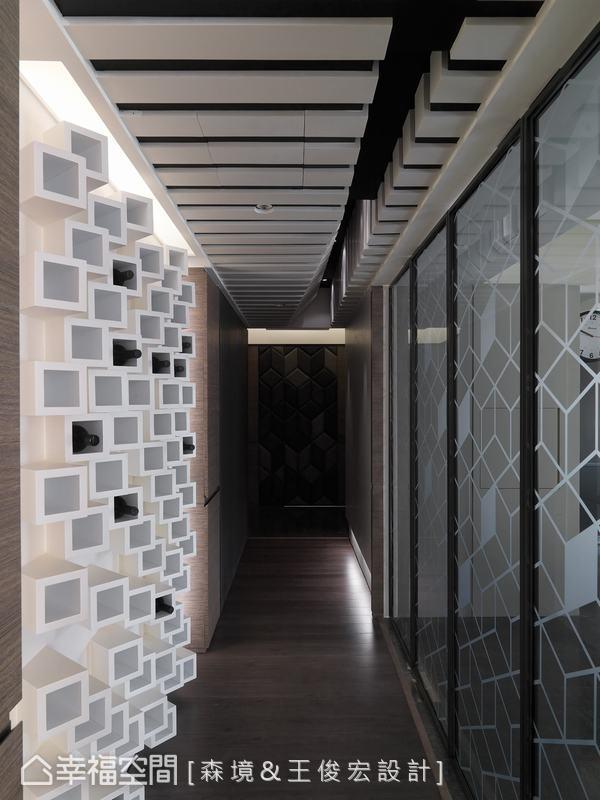 折疊門扉間對角線構成的噴紗菱形、酒櫃傾斜的錯落矩陣,筆直流暢地延伸出極具立體感的長廊。