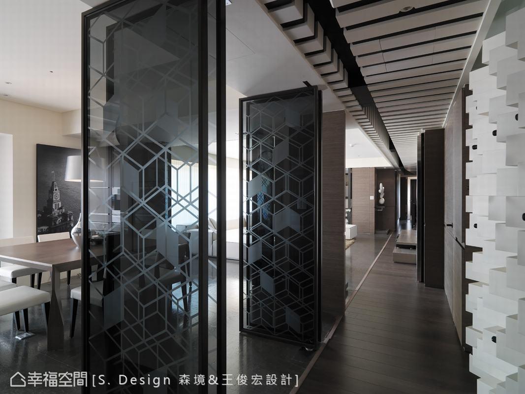 運用通透的折疊門扉,開啟封閉空間的對外連結,延展出生活慣性的靈活動線。