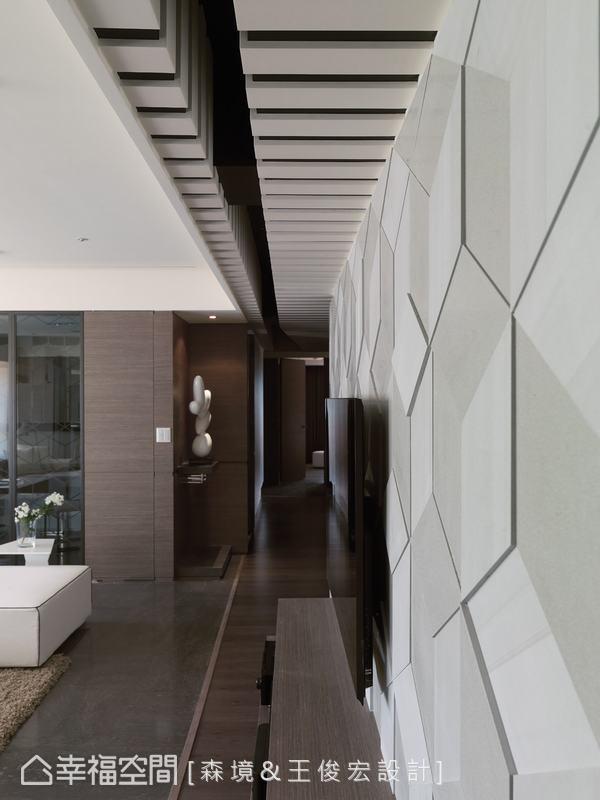 以精密且細膩的工法將石材切割,拼貼成為背景,經由線條的斜角裁切,產生不對稱的魅力效果。