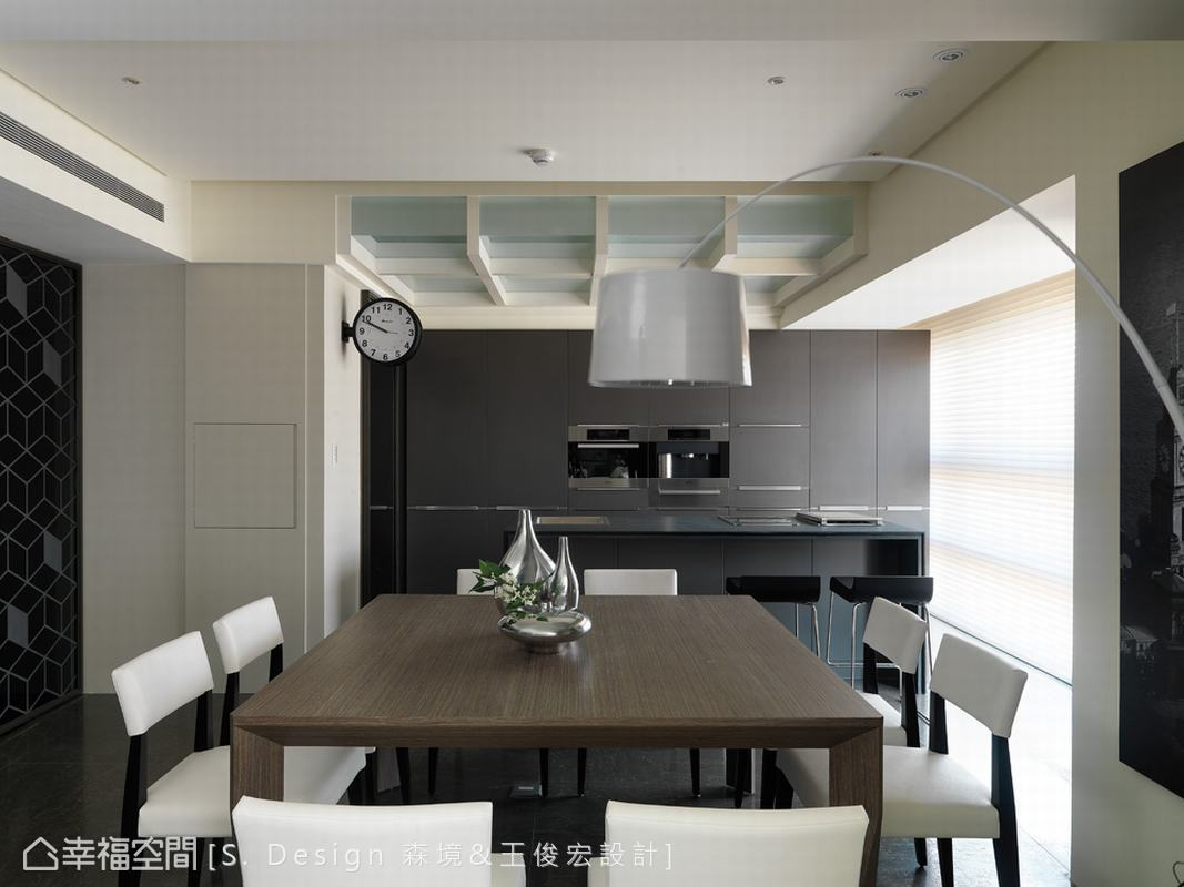 餐廚之間以開放式鋪排,運用深色營造穩重的質感空間。