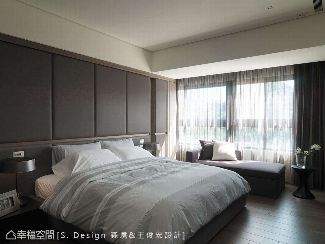 主臥房以單純的材質與顏色營造空間特質,循著透過薄紗的光影,流露和諧的沉穩氛圍。