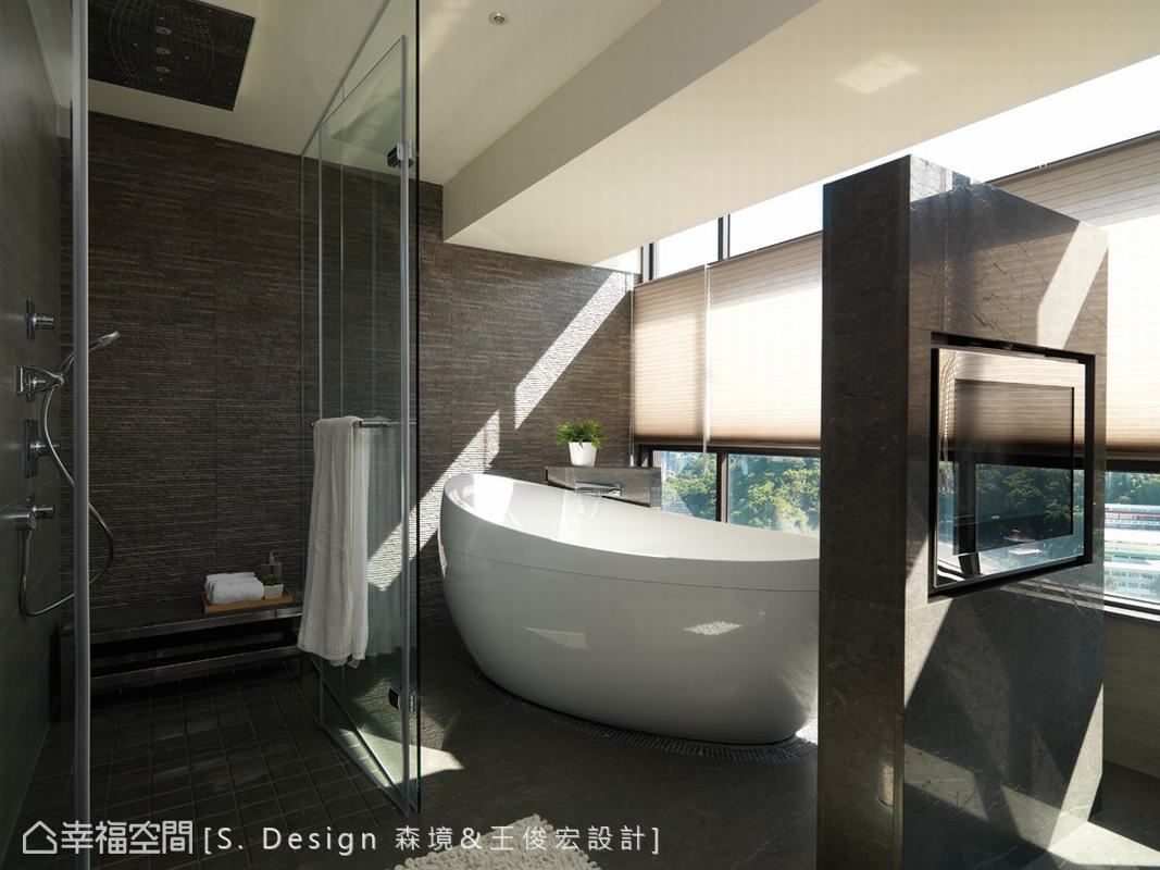 攬入戶外景緻,溫煦陽光透過玻璃斜照,打造與自然連結的舒壓空間。
