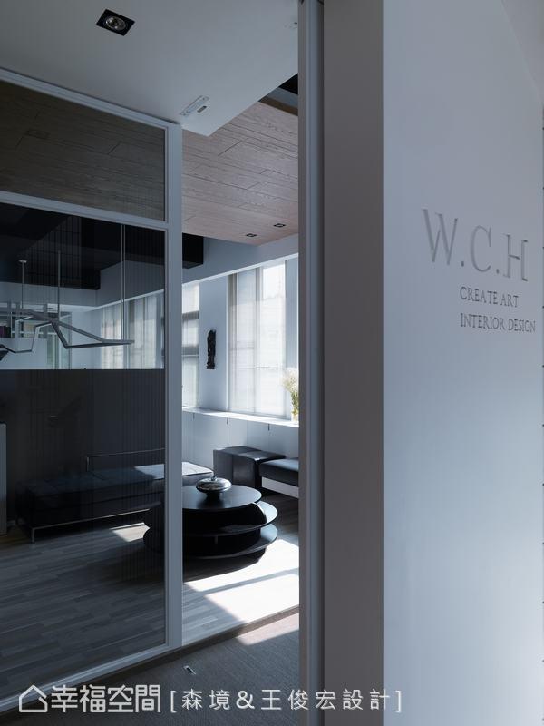 極簡概念以刻紋表現W.C.H.(設計師英文名縮寫),做為辦公室門面的識別。