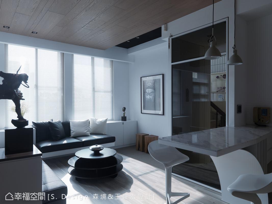 經過玻璃屏風轉折進入,維持一貫自然光感、靜謐的空間氛圍,並於入口處設計接待區、吧檯,供訪客稍做休息。