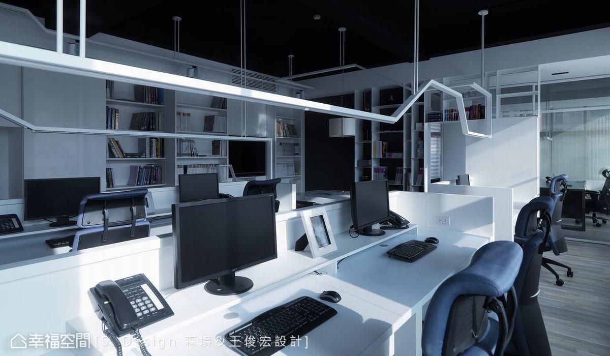 訂製大尺寸的桌面,給員工更舒適的辦公環境。