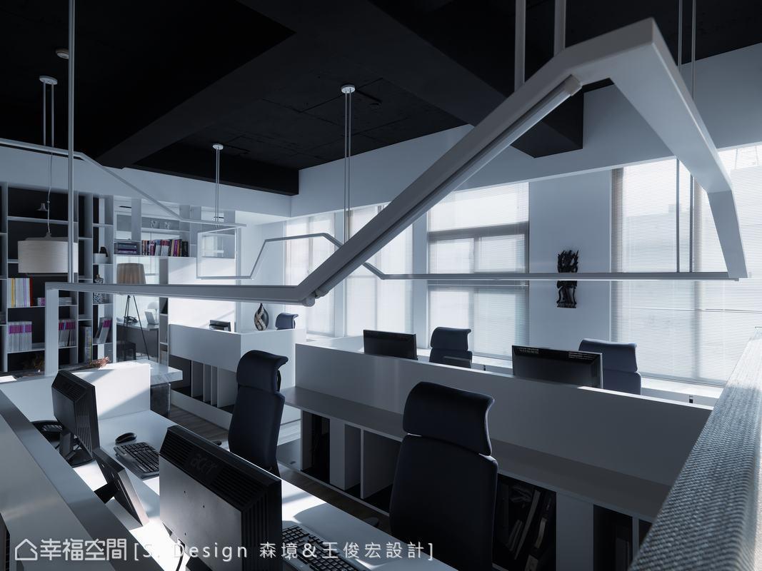 一氣呵成的結構美感,實則順應工學高度結合燈具的照明功能,藏入雜亂無章的線路,創意與實用性並重。