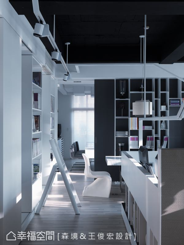 為收藏為數不少的精裝本、設計書籍,有別於住宅的書櫃,不但規劃雙層軌道,更增高高度容納更多書籍。
