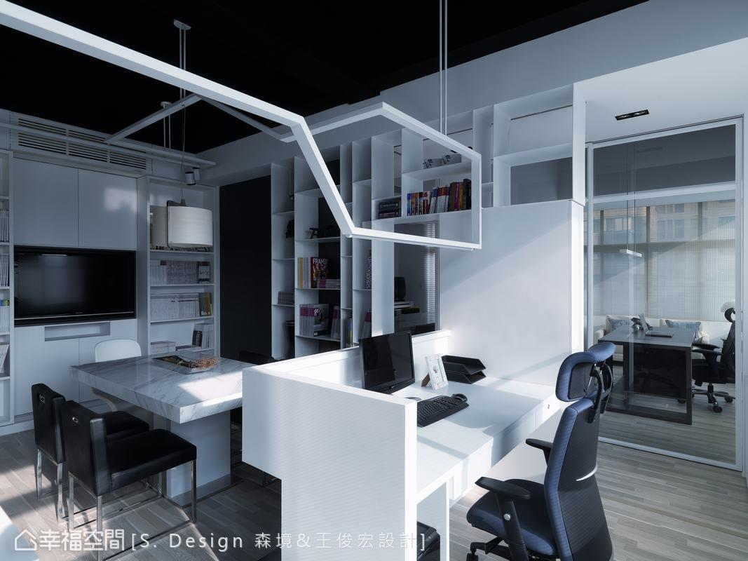 場域之間的彈性,既獨立、亦保有通透的關係,如大會議室,運用實用功能的大黑板區隔;主管辦公室也利用清透玻璃,使視線與光影可恣意穿透。
