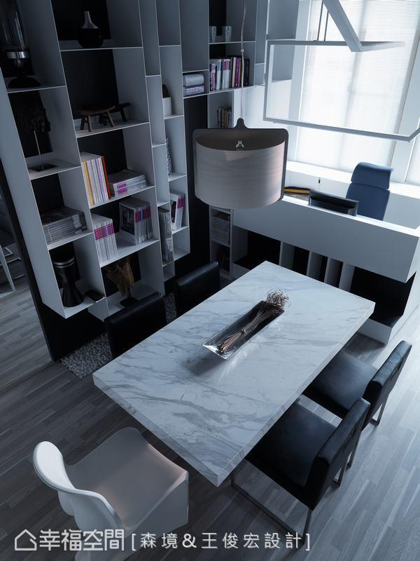 小型會議桌鄰近書櫃、影音牆,能就近取用素材與客戶洽談。
