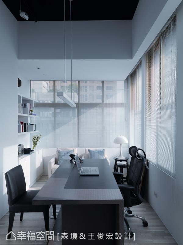 獨立的設計師辦公室,考量工作時間長,裝置鋁百葉,兼顧隱密性與採光,白天穿過百葉灑落的光影層次,更添空間氛圍。