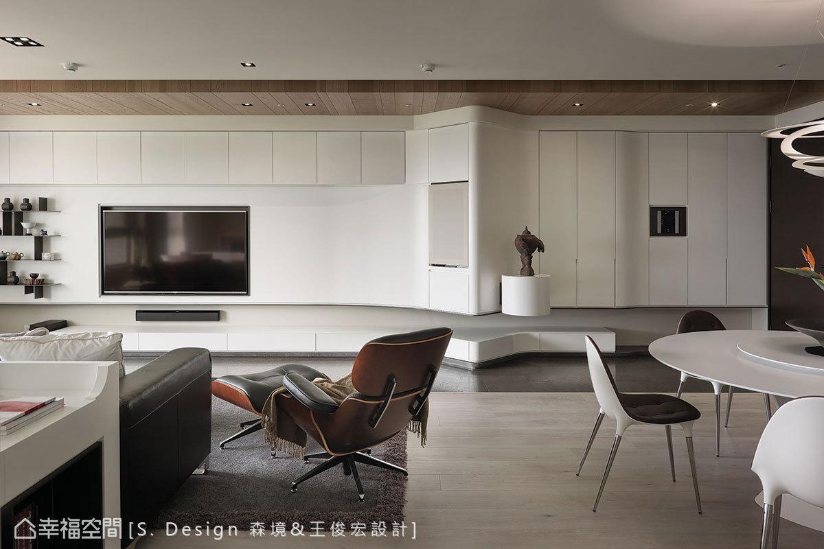 順著蜿蜒的櫃體線條向後接續電視牆面,在齊整的立面線條內整合全室收納機能。