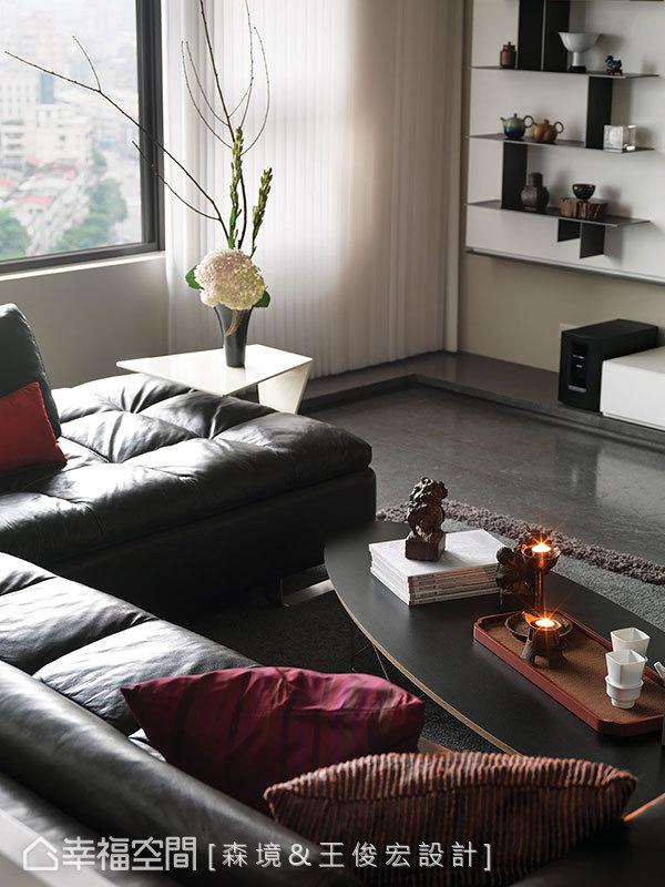 造型層架上的茶壺擺飾、設計感家具,設計師結合屋主背景,增添專屬於家的味道。