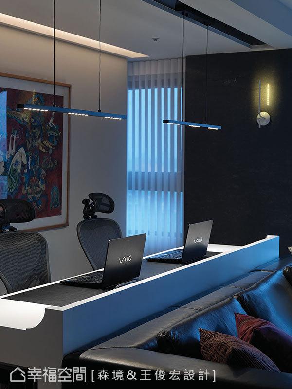 精準計算過的書桌檯面高度尺寸,上網時也可與客廳同步共享視聽娛樂。