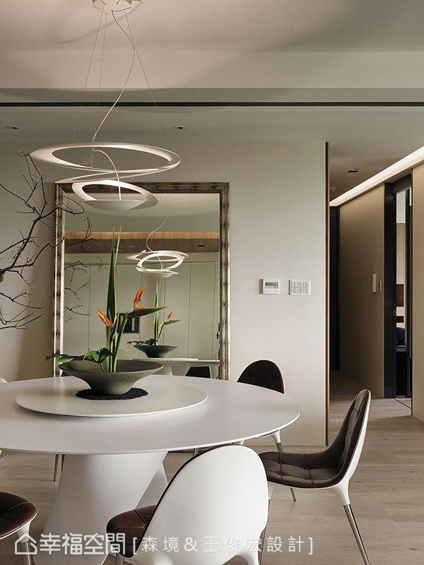 優美迴轉的餐桌椅與燈具線條,清楚界定餐廳的主場域地位。