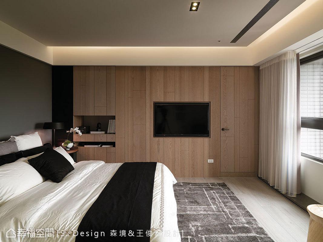 為了窗外無邊美景,設計位移電視內嵌於木作立面中,與收納櫃、主衛浴門片一起隱藏規劃。