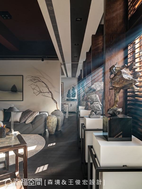 美式木百葉與現代元素的布沙發,藉由色調與中式框架的鋪陳,混血出中西交融的美好。