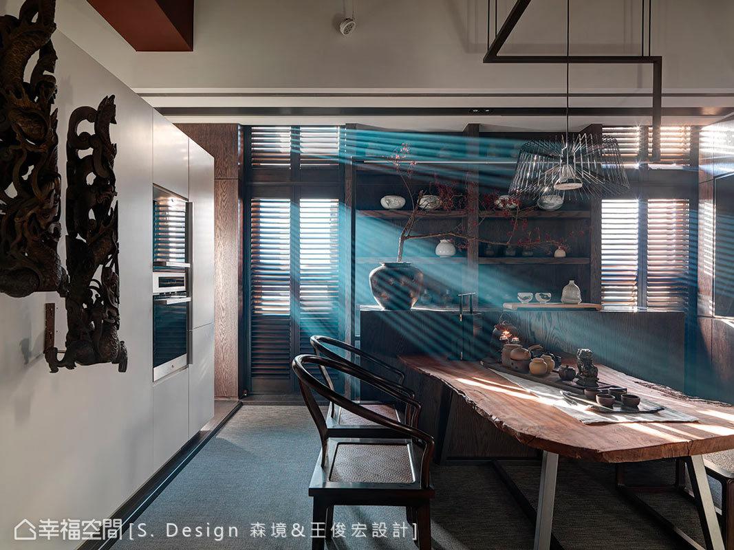 會議桌以前瞻、獨特的表現方式,結合自然原木與鐵件質材,展現設計師精湛的工藝。