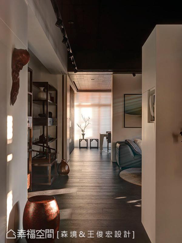 設計師在場域內部,藉由色調、燈光、動線來鋪陳空間的通透質感。