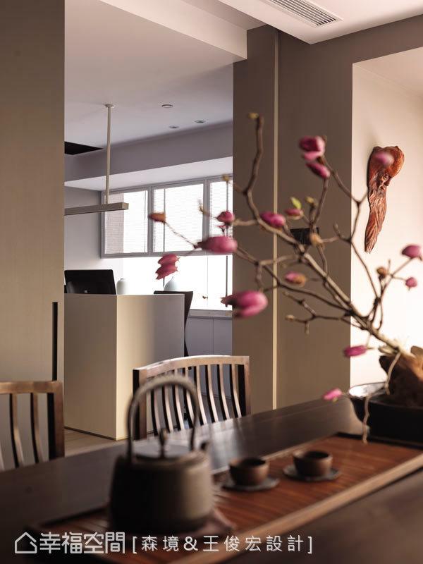 桌上結滿了朵朵含苞待放的花卉,等待綻放迷人風采的那一天。