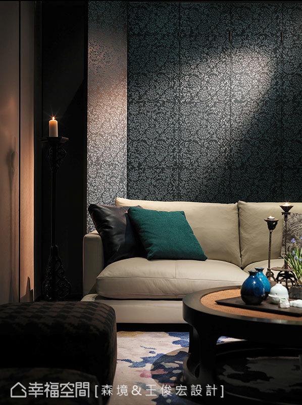 西式白色沙發後方置放中式孔雀藍屏風,將中西語彙詮釋得恰到美好。