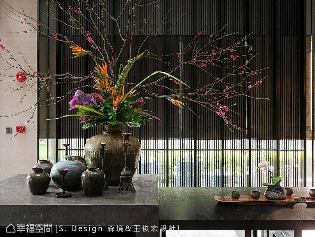 精算比例設計的造型桌體,可收納至中島下方,讓出敞闊的活動空間。