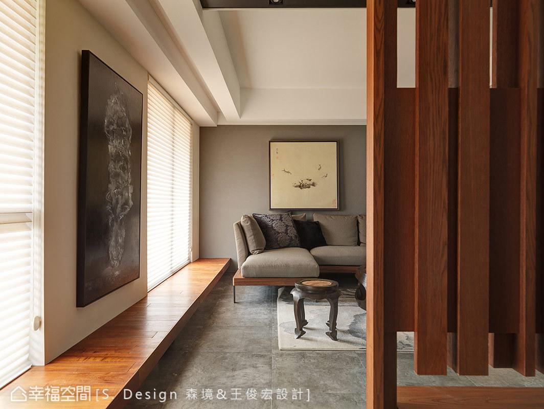 沿著窗線延伸的長型臥榻串聯玄關、客廳,並探入後方的主臥房,拉長空間縱深外,亦可做為場域間的串接語彙。