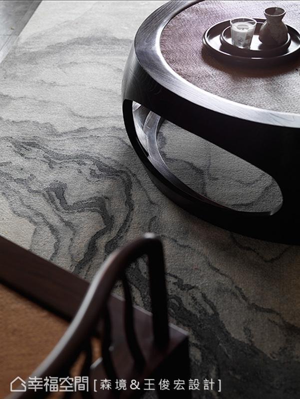 地毯上如山水潑墨畫般的紋理,搭配嚴選的品味家具,烘托出不凡的中式雅韻。