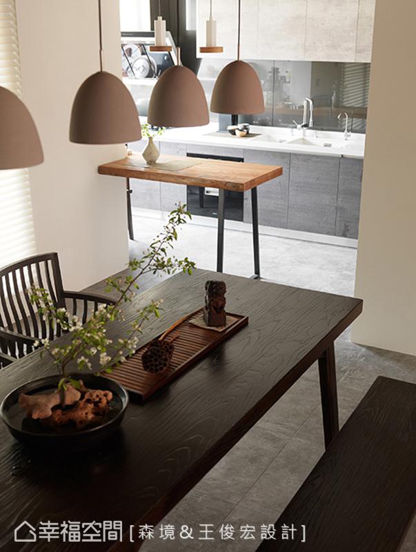 仿石紋木皮面材的Kohler廚具呼應整體風格,另延伸工作檯面擴增廚房機能,兼具中島吧檯使用。