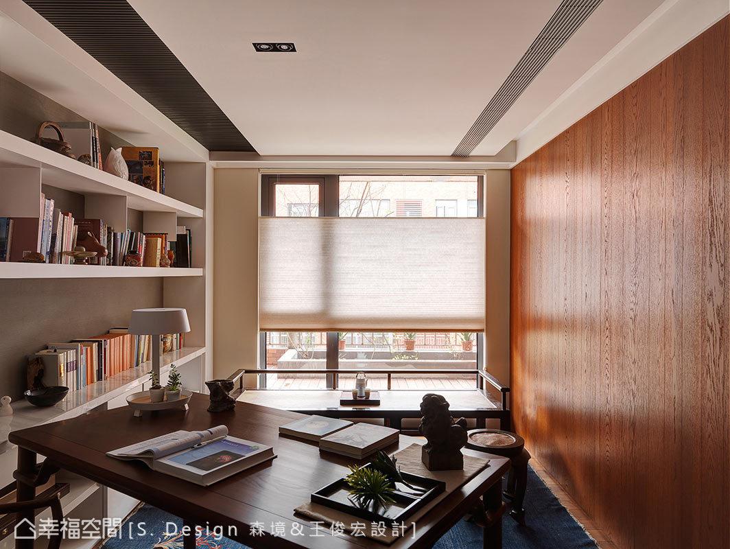 現代化的牆面櫃體,搭配中式復古桌案,在窗外盈朗日光映照中,實現屋主期待的新文人書房。