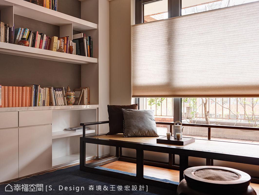 新中式羅漢床取代傳統臥榻規劃,搭配精心安排的櫃體陳列架設計,在窗邊構築舒適閒情的閱讀角落。