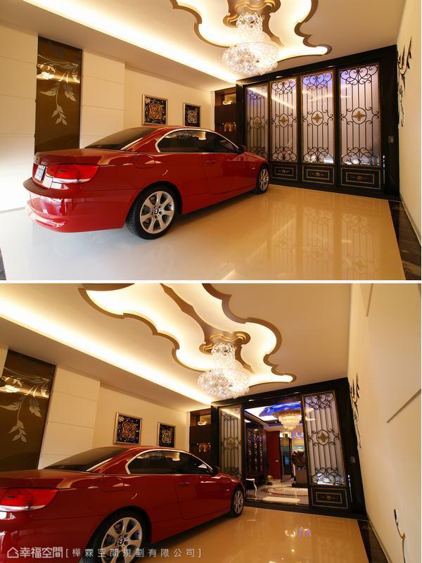 亮紅色的跑車端放於週邊壁面皆安排設計巧思的入口空間,泡泡造型照明從流轉的中式雲朵天花造型線條中映暈而下,與通往內室的鍛鐵自動門共同將下方的車庫空間渲染出中式奢華美感。