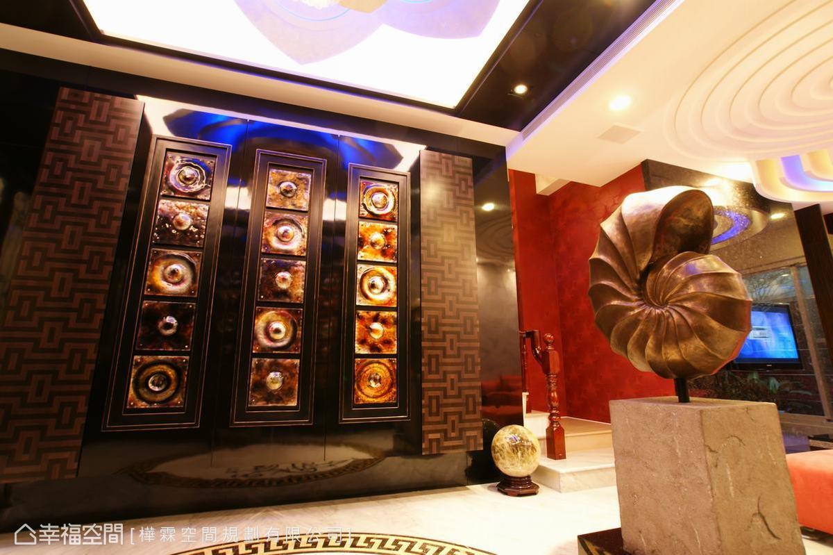 看似以義大利純手工類琉璃打造的藝術設計牆面後方藏有大容量的鞋櫃、衣帽間。