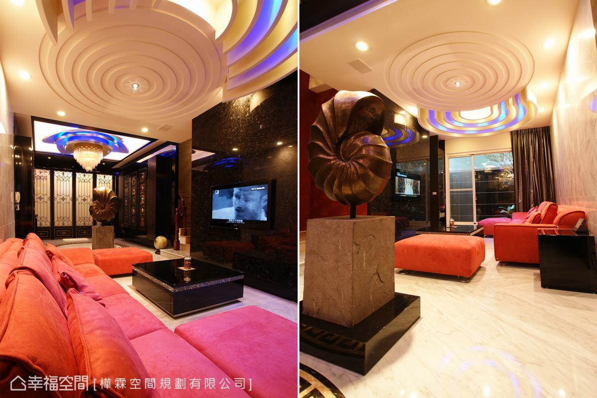 越過作為空間區分的裝飾藝術,後方為賓客品酒歡唱的接待區,在同心圓線條設計的天花板下,設計師以橘紅的沙發搭配黑白大理石打造活潑的普普風享樂場域。