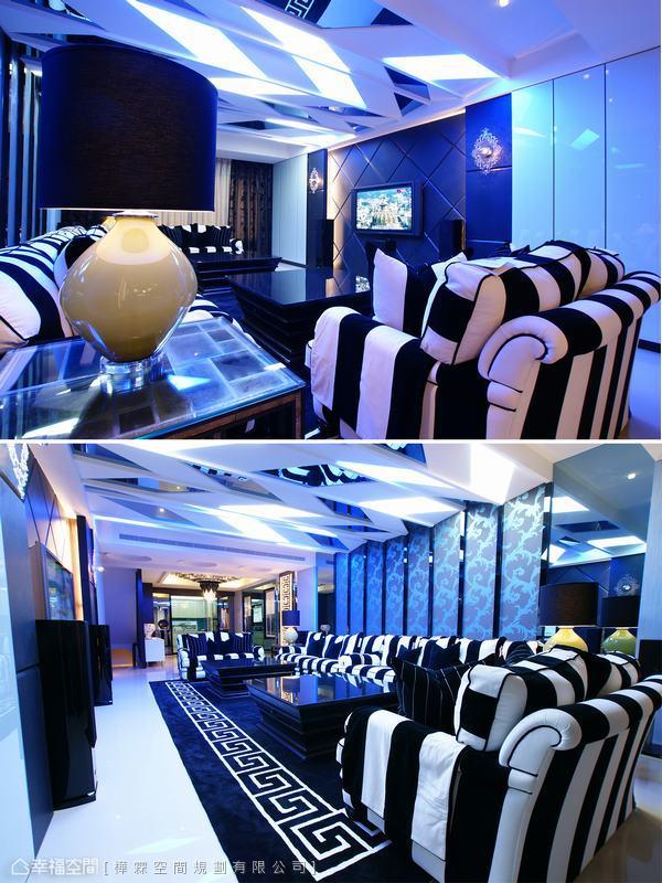 炫目奢靡的藍色光譜藉由切割拼排的鏡面天花彼此交叉折射,與黑白條紋的沙發混搭出時尚品味,也巧妙去化為包覆天花大樑而壓低的空間壓迫感。客廳主牆以壁紙與玻璃軟化鏡面天花的剛硬線條,交融出空間衝突美學。