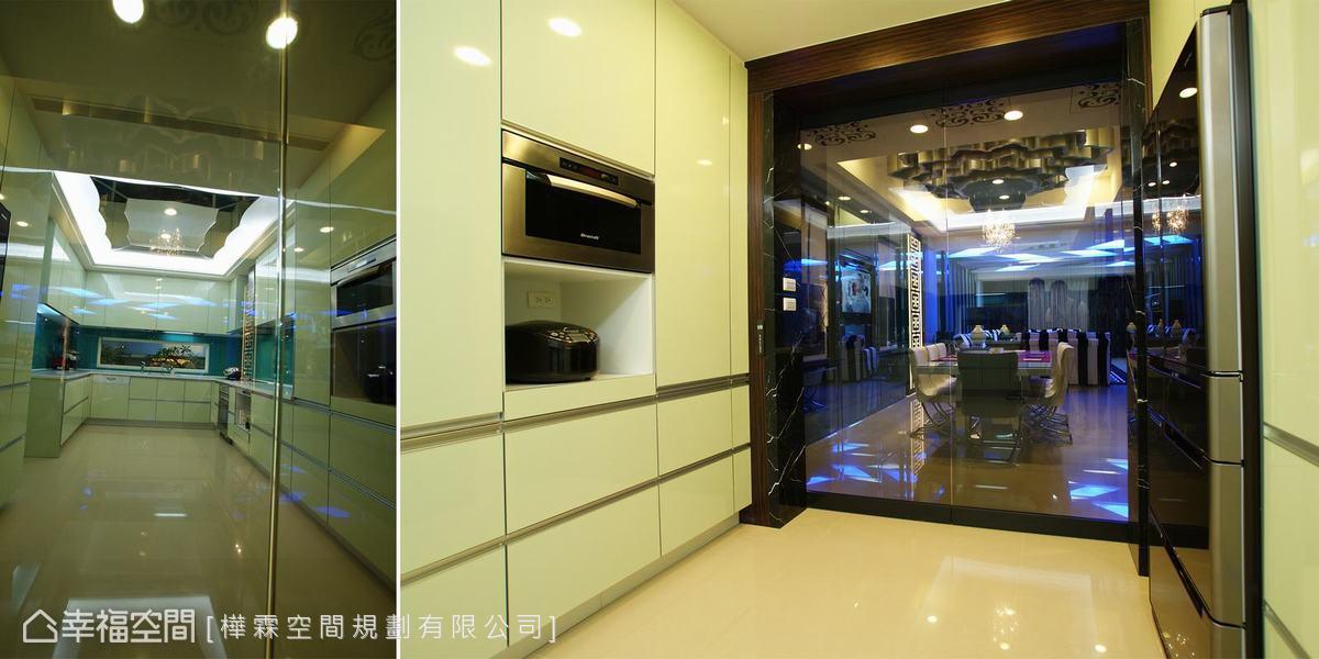 簡單設計的灰玻自動門鋪陳半開放餐廚空間,保有油煙不溢散的實用度,也讓兩個空間視線無阻斷。