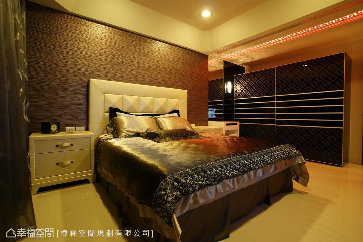 進入一旁的客房空間,也是與中式圖騰相仿的圖紋共同織構出中式沉穩的奢華場域。