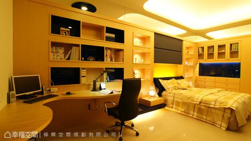 頂天壁面除以鏡面強烈延伸出空間外,下方書桌檯面則以細緻波浪造型軟化視覺,上方九宮格設計書櫃,安插入黑鏡做底,跳脫出趣味性,而整體以木作表現出溫暖度的空間,卻仍蘊含大量收藏機能。