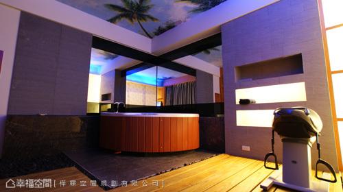 貼以南洋風情壁紙的屋頂,引導出悠哉的度假氛圍,邊看電視邊泡湯,夫復何求?