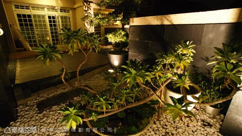 為增添運動時貼近大自然的情境,設計師特別預留了一處空中花園,以落地窗盡收眼底。