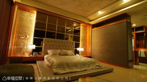 捨去床架的主臥空間,降低視線同時,也挑高起上下間距,華美的造型天花板,透過柔和的間接光源,穩定起睡眠品質。
