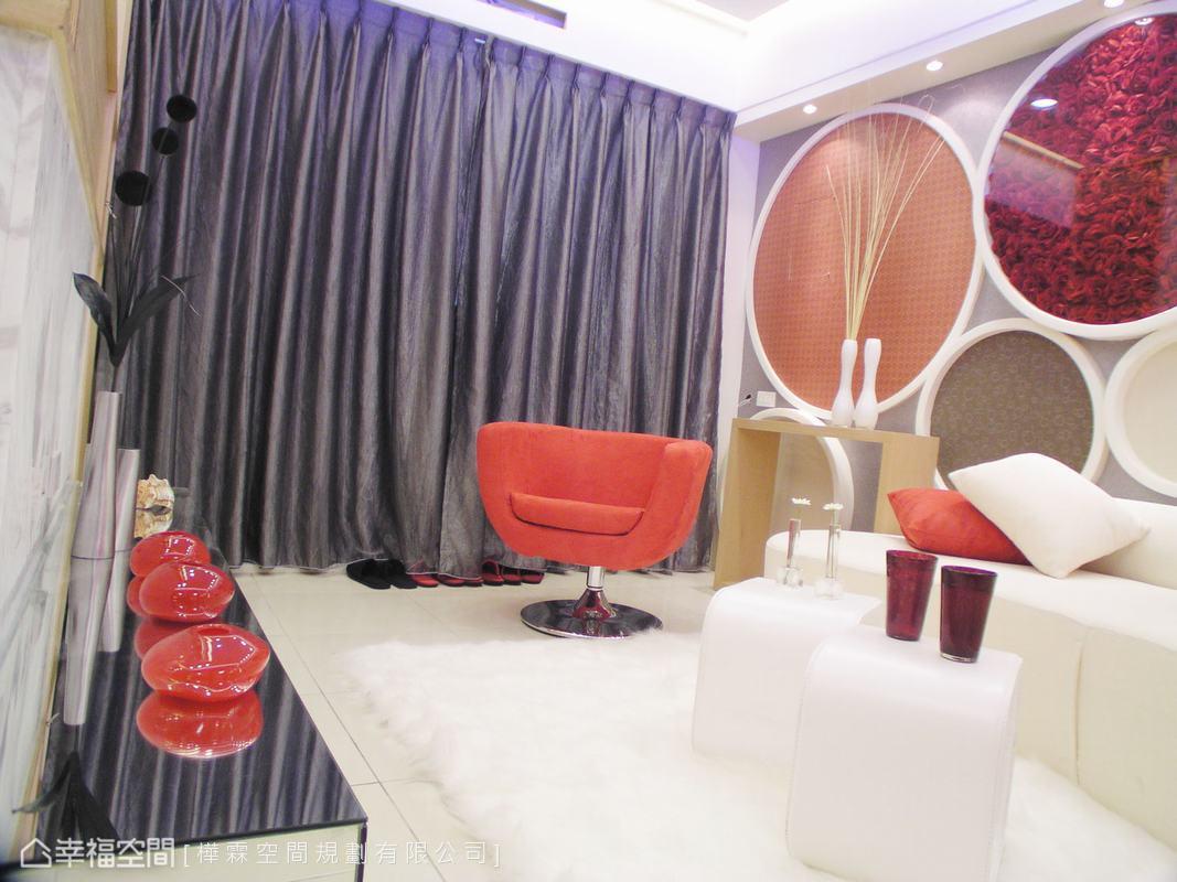 以純白色為基礎,擷取造型大方、色彩搶眼的普普概念,依序添入瑰麗花朵、重點裝飾的紅色傢俱軟件,讓起居空間多了點活潑迷人的生活情趣。